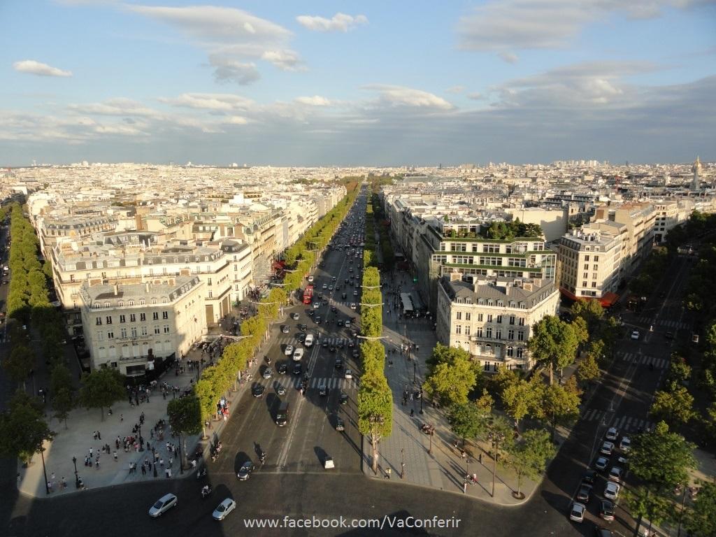 Bela imagem da Avenida Champs Élysées e ao longe, vê-se a Praça da Concórdia com os Jardins das Tulherias.