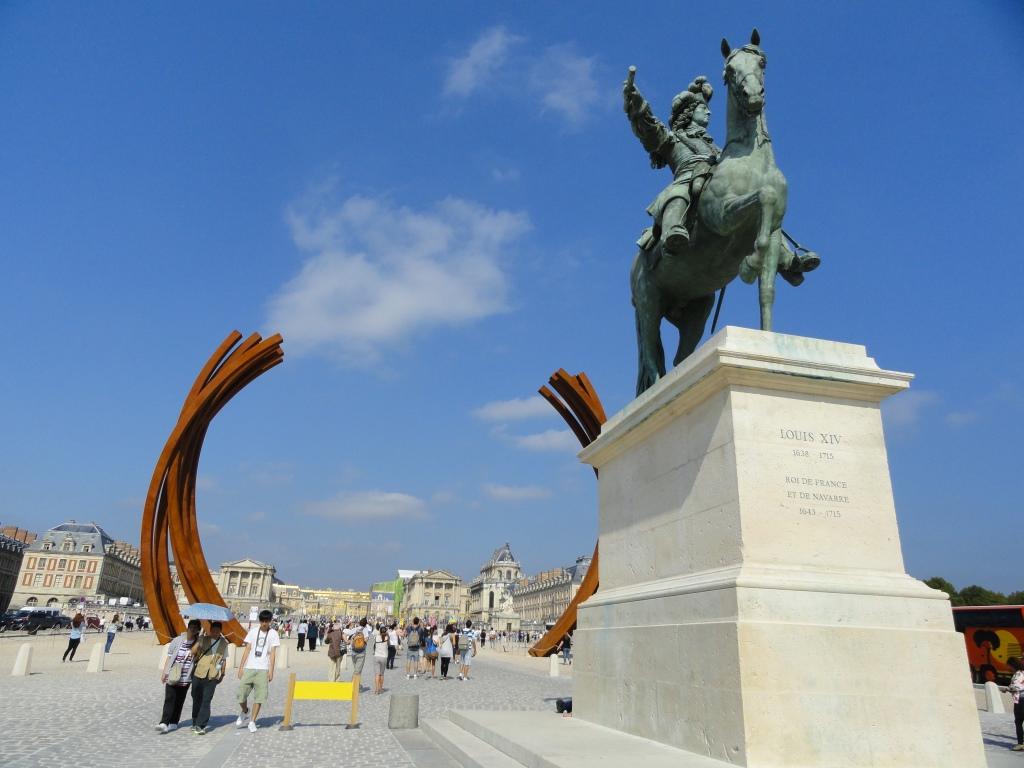 Escultura em barras de ferro Nióbio e Cromo na esplanada do Palácio.
