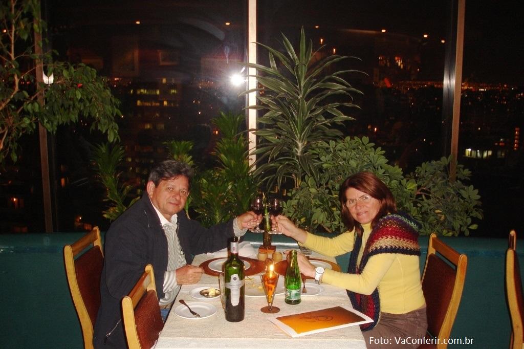 Nosso Jantar no Restaurante Giratório - um brinde pela nossa viagem.