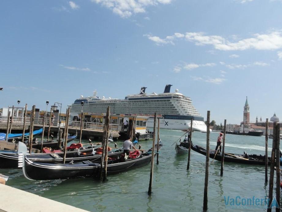 Navio passando no Grande Canal de Veneza