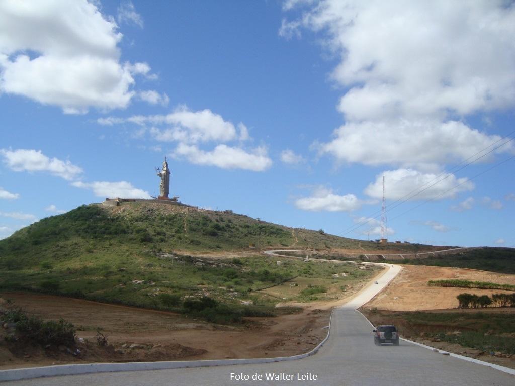 Acesso pavimentado até chegar a um estacionamento ao pés da estátua de Santa Rita de Cássia.