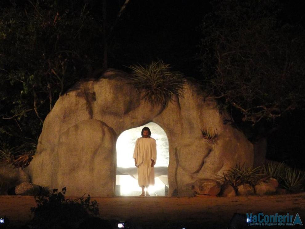 Jesus aparece saindo do Sepulcro.